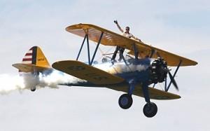 托德格林在约翰摩尔的飞机上向人民挥手