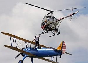 格林试图在表演期间展示移身到另一架直升机的表演。