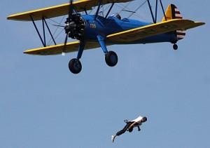 格林在坠落半空中被拍下