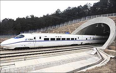 印度人看中国高铁:一列从隧道疾驰出来的CRH2动车组