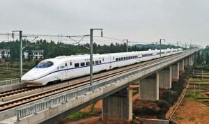 印度人在中国的经历:中国CRH2动车奔跑在武广高铁上