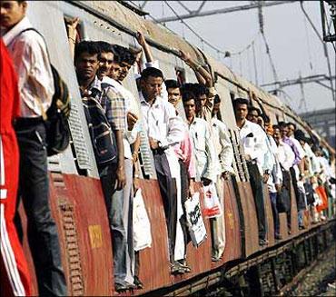印度媒体:孟买的市郊列车