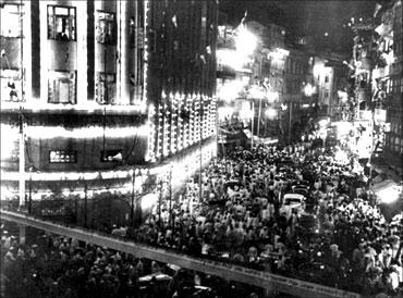 忘记上海:1947年印度孟买街上庆祝独立的人群