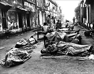 忘记上海:印度孟买无家可归的人睡在街上