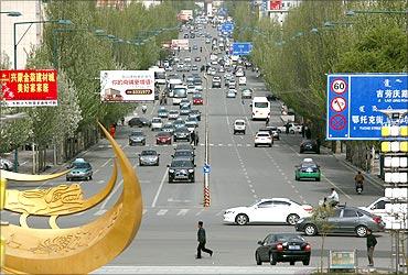 鄂尔多斯东胜区一条繁忙的街道