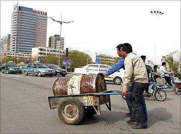 鄂尔多斯东胜区两名男子在推着小推车
