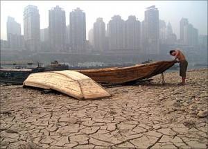 印度人看中国贫富分化:嘉陵江边一名船夫在修船