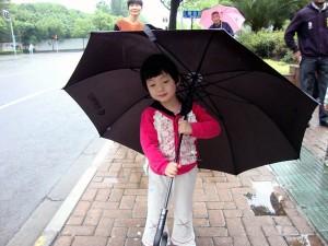 印度在中国工作:等待校车的小女孩