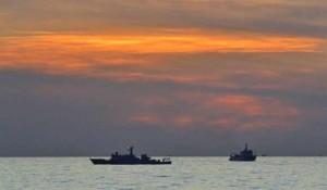 南海黄岩岛争议:中国海监船在黄岩岛海域保护中国渔船