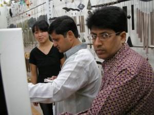 义乌经商的印度商人:在商场挑选商品的印度商人