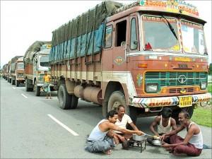印度高速公路,货车司机在路边做饭吃