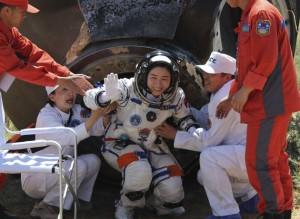美国网民评论:神九安全返回地面,中国首名女宇航员刘洋