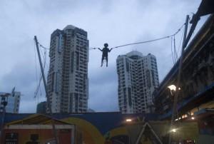 孟买的一名男孩在玩蹦床