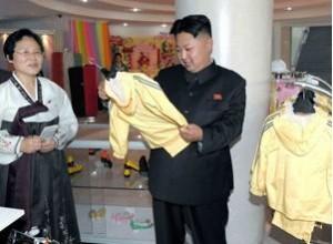 当地时间7月3日公布图片,朝鲜平壤,朝鲜最高领导人金正恩视察平壤袜厂