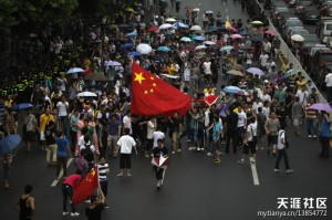 深圳反日游行,日本车被砸,日本人登上了钓鱼岛,中国人掀翻了日本车