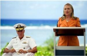 """美国国务卿希拉里·克林顿8月30日抵达南太平洋岛国之一的库克群岛,出席南太平洋岛国论坛的一系列会议。希拉里在会上称""""亚太之大容得下美中两国"""",并强调美国在亚太地区频繁活动非针对特定国家。"""