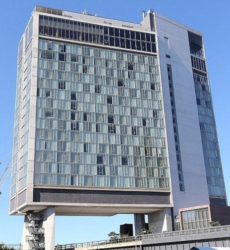 """标准酒店在2008年建成时获得了由纽约市政艺术协会颁发的""""最佳新建筑奖"""""""