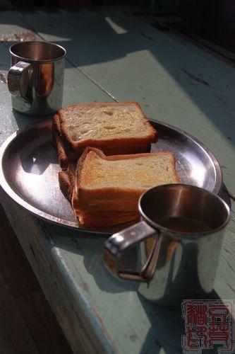瓦拉纳西家庭旅馆带的早餐,吐司和chai