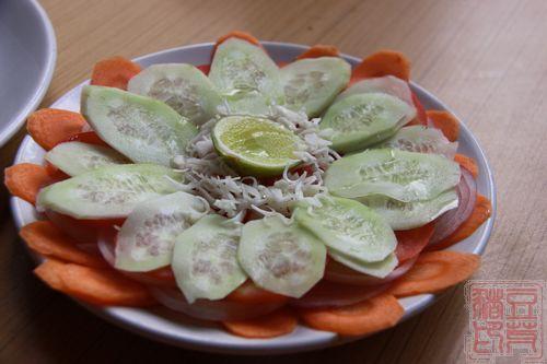 在瓦拉纳西找到一家像餐厅的餐厅,这是蔬菜沙拉,里面是胡萝卜、青瓜和洋葱。这个菜性价比不高,后来我们都不点了