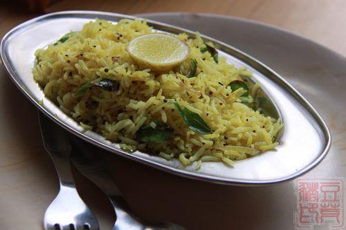 这个名字叫Kafta Suniya,饭里面有些混合蔬菜,黑色点点是一种调味料,略苦,回味甘