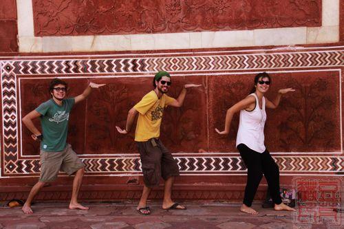 还有这样表达欢乐的,三个法国年轻人