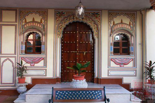 主楼门厅,里面是个会客室