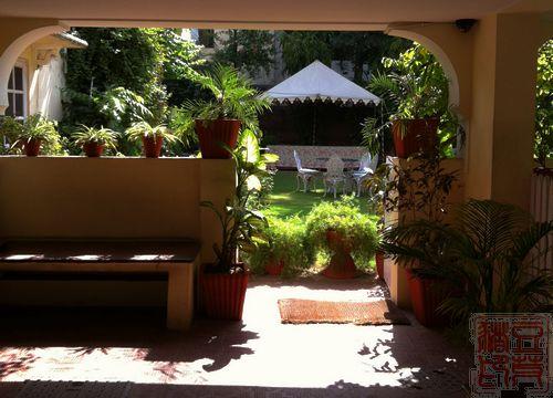 穿过这个门廊,里面就是小花园