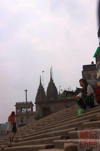 一念地狱,一念天堂 <wbr>印度行(二)瓦拉纳西   一边是行走的教徒,一边是发呆的旅者