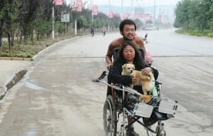 26岁的小伙樊蒙徒步3500公里把母亲寇敏君一路从北京推到云南省西双版纳