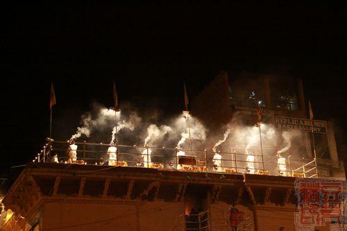一念地狱,一念天堂 印度行(二)瓦拉纳西  祭祀活动进行中