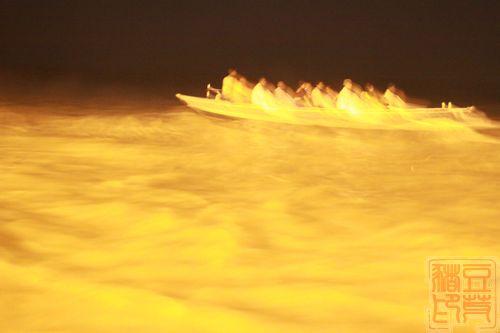 一念地狱,一念天堂 印度行(二)瓦拉纳西  结束,人船四散。这张虚掉的照片,有点异次元感