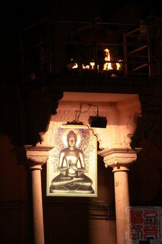 一念地狱,一念天堂 印度行(二)瓦拉纳西 祭祀台下的佛像