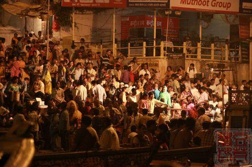 一念地狱,一念天堂 印度行(二)瓦拉纳西  岸边观看祭祀的人群