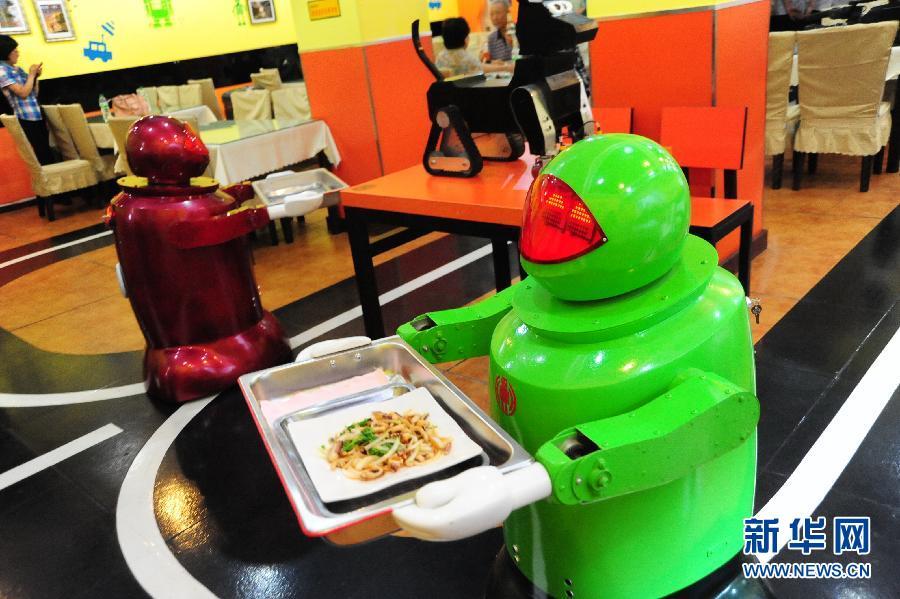 机器人正在为客人送菜。