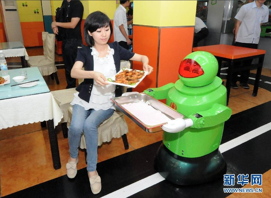 机器人为客人送菜