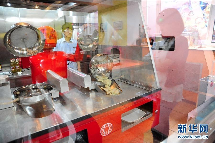 机器人在厨房里煮水饺