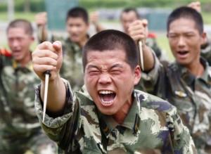 在四川遂宁军事基地,武警在用塑料匕首训练