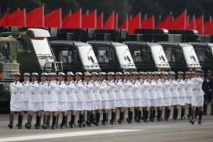 在一场阅兵式中,人民解放军女战士正在齐步前进