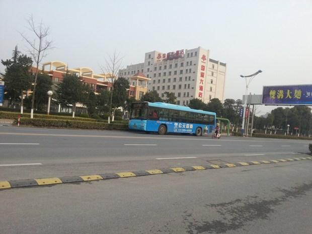 当地的一个公交车站