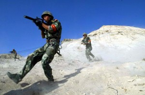 中国xj,演习中实施滑降准备在恐怖分子背后发起攻击的中国军人。