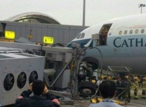 香港机场廊桥倒塌