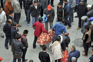 中国父母负担不起灵车费用,试图用长途客车运送女儿尸体回家