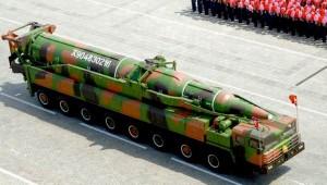 朝鲜在阅兵式上展出的新型弹道导弹。