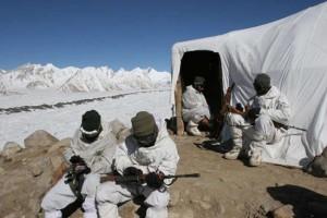 在雪山宿营地休息的印度山地部队。(资料图)