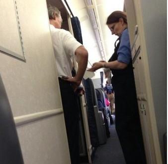 美联航UA851航班当时客舱现场