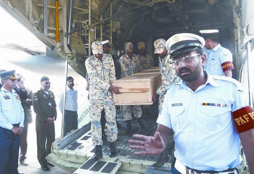 6月23日,在巴基斯坦首都附近的机场,装有遇难中国公民遗体的棺木被抬下飞机。